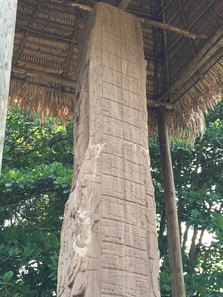 グアテマラ キリグア遺跡 石碑E 一番高い石碑 上部