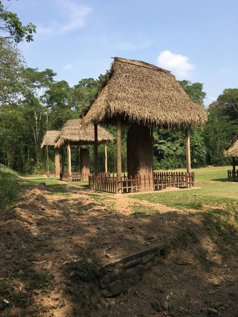 グアテマラ キリグア遺跡 石碑には、茅葺き屋根