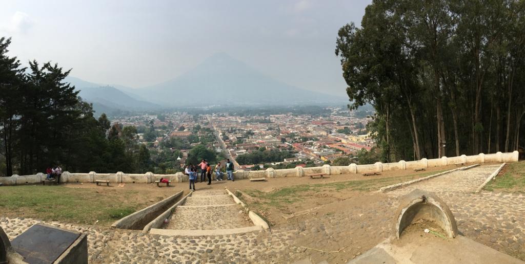 グアテマラ アンティグア 十字架の丘 大きな広場