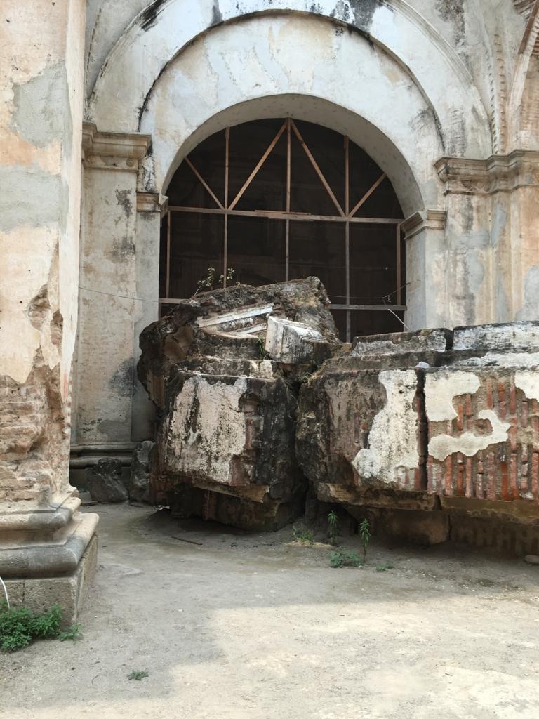 グアテマラ アンティグア 地震で廃墟になった教会 倒れた柱