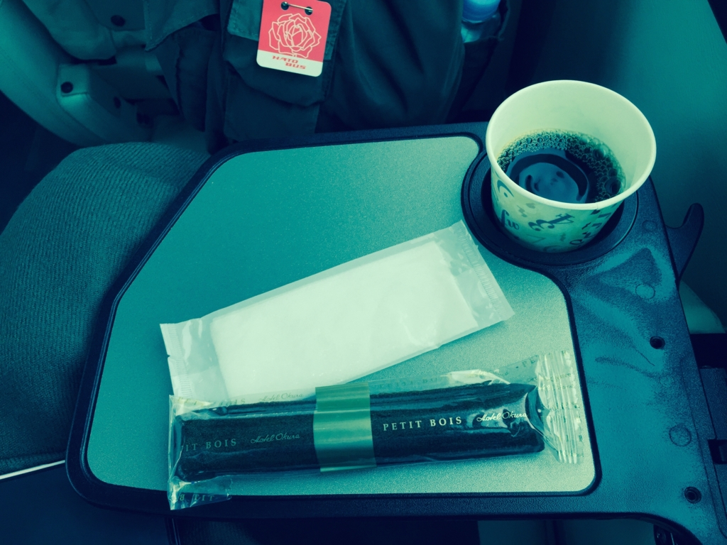 はとバス「ピアニシモⅢ」お菓子とお茶のサービス