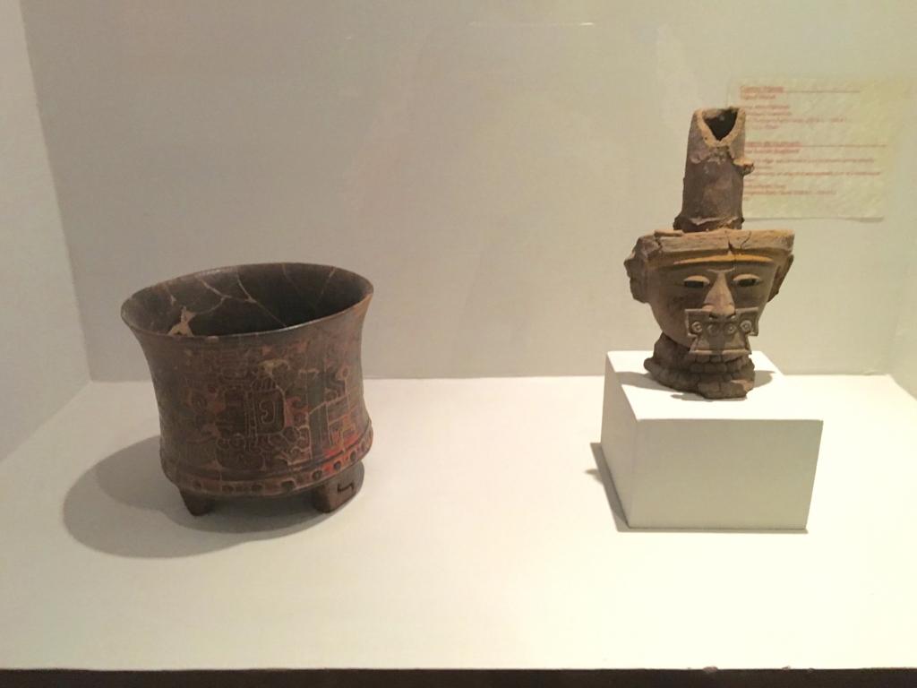 「グアテマラ考古学民俗学博物館」特別室 三足容器と香炉