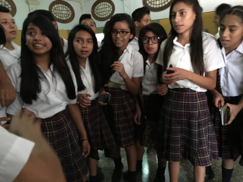 「グアテマラ考古学民俗学博物館」見学に来ていた現地高校生