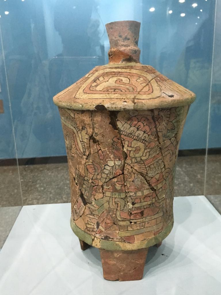「グアテマラ考古学民俗学博物館」色の残った土器