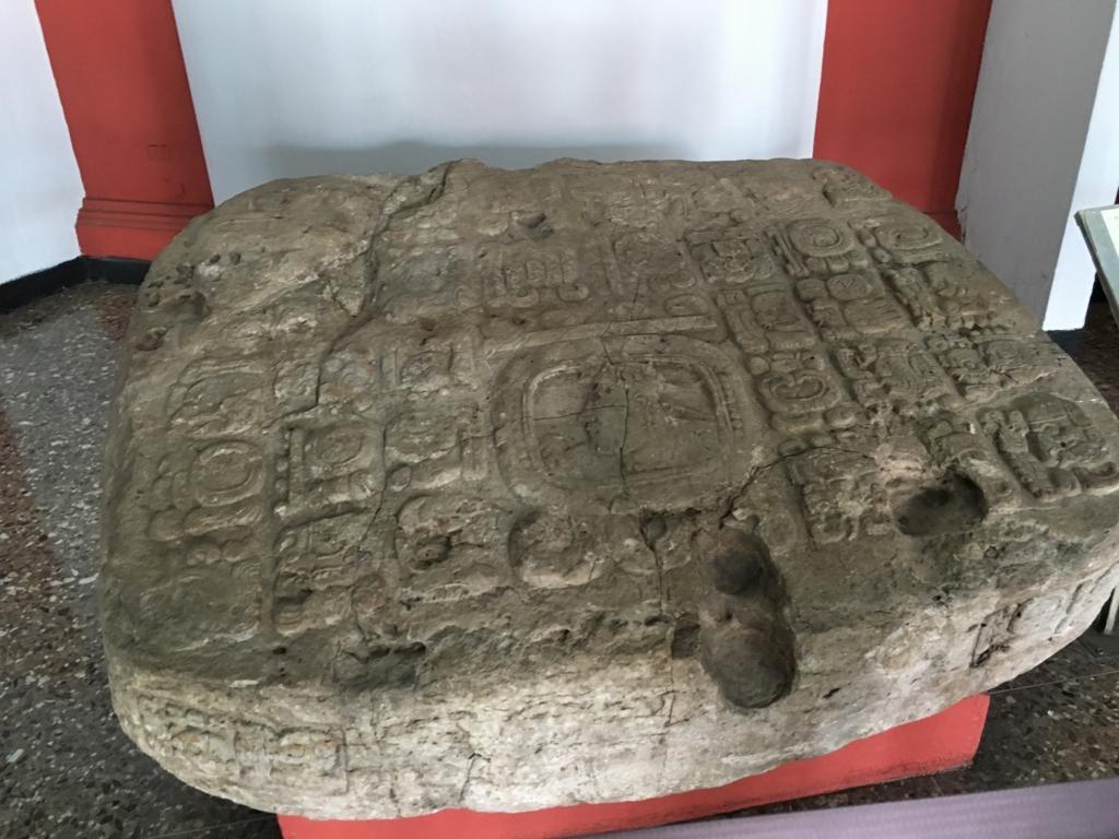 「グアテマラ考古学民俗学博物館」石造物 密売直前で押収された祭壇