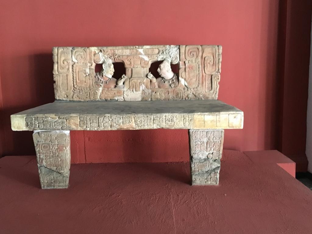「グアテマラ考古学民俗学博物館」石造物 見事な王座