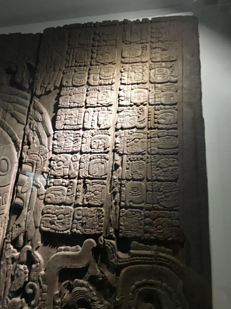 「グアテマラ考古学民俗学博物館」ティカルの木造彫刻 レプリカ 拡大