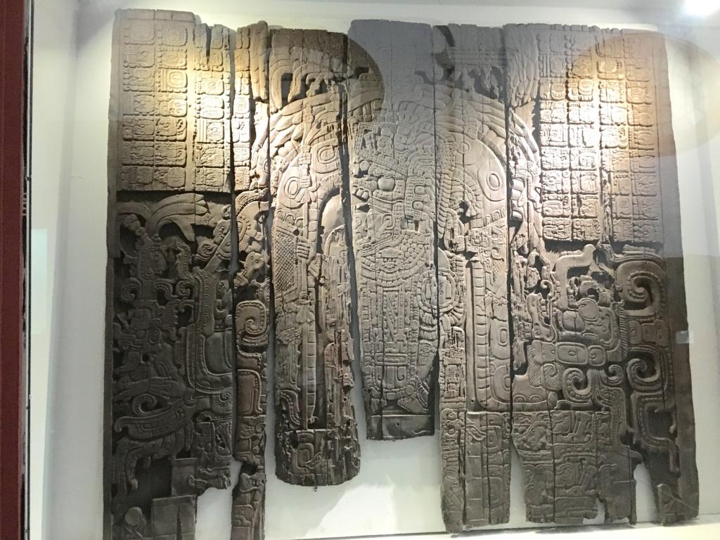 「グアテマラ考古学民俗学博物館」ティカルの木造彫刻 レプリカ