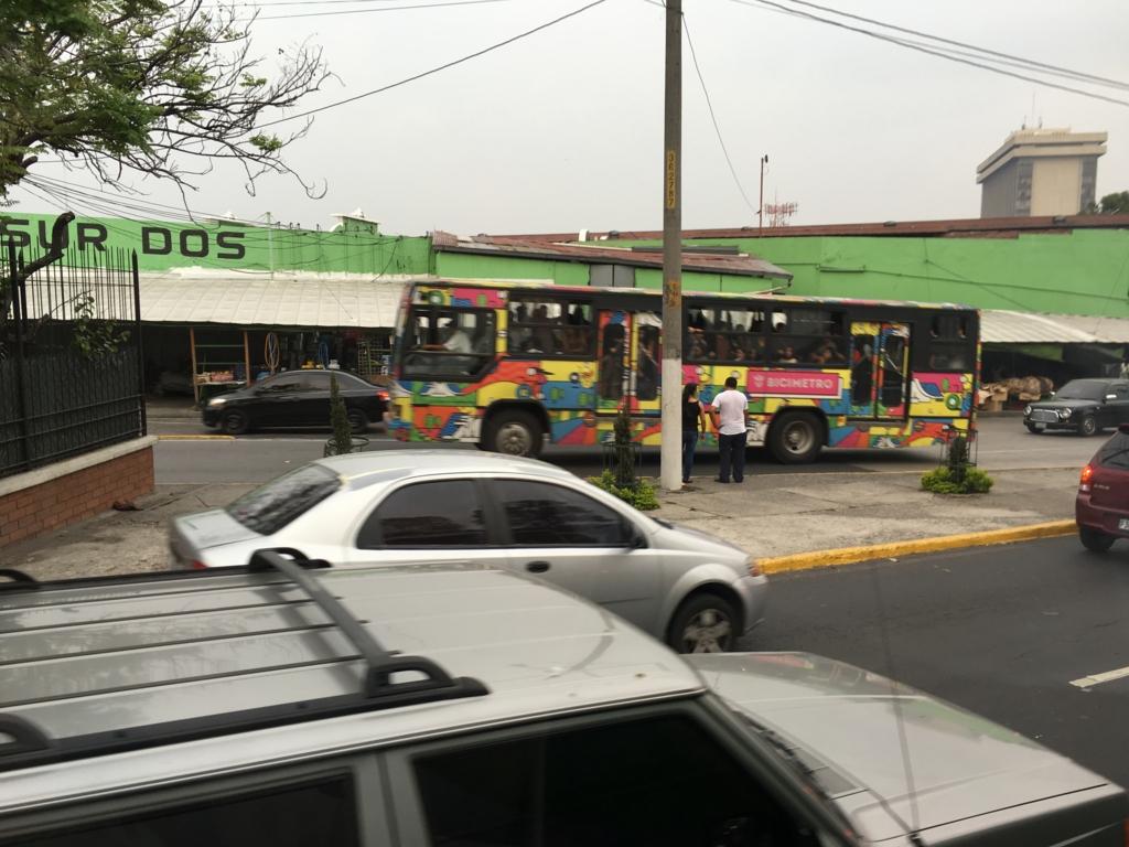 グアテマラシティ市内 カラフルなバス