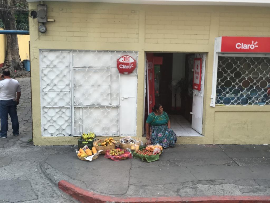 グアテマラシティ市内 道路で果物を売る人