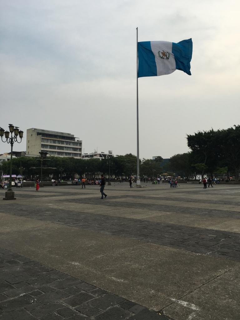 グアテマラシティ市内 中央公園の 国旗