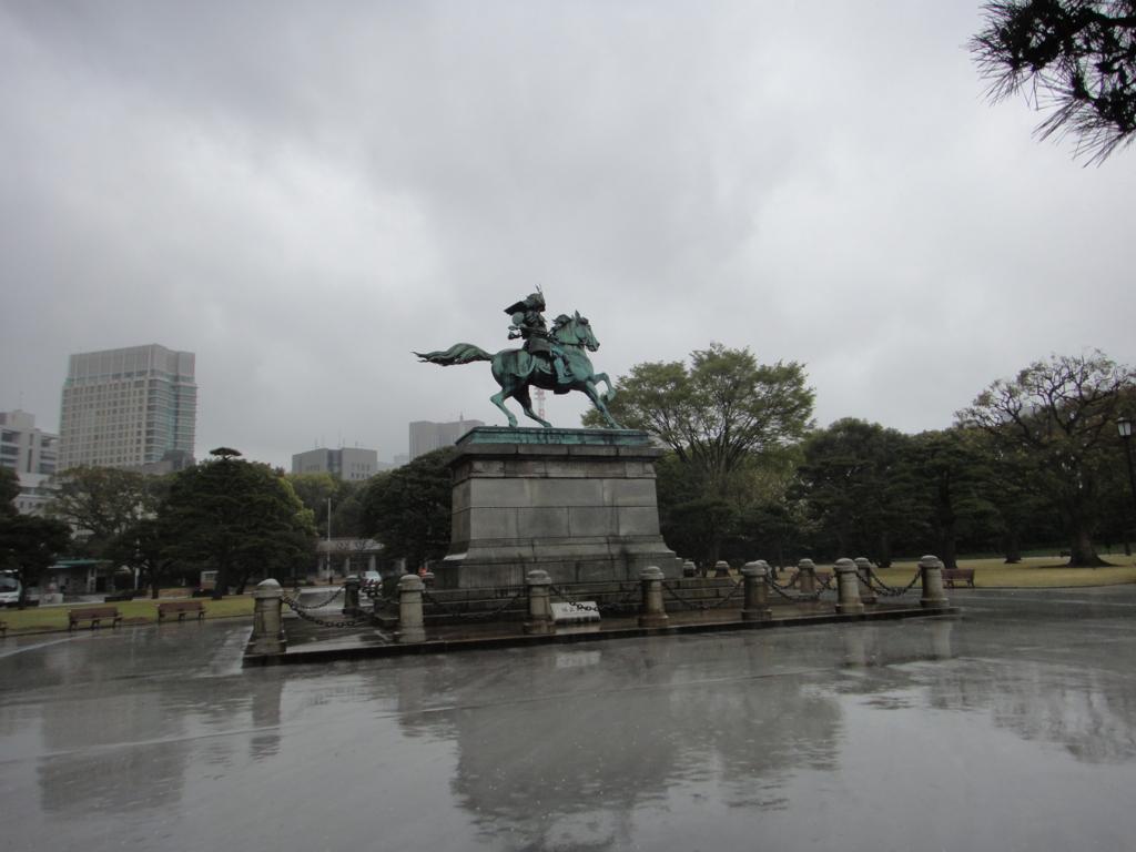 はとバス 定期観光「ゆったり東京めぐり」皇居 楠正成像