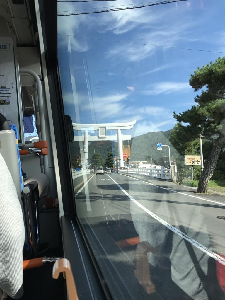 「出雲大社」一の鳥居(石:コンクリート)バスの中より