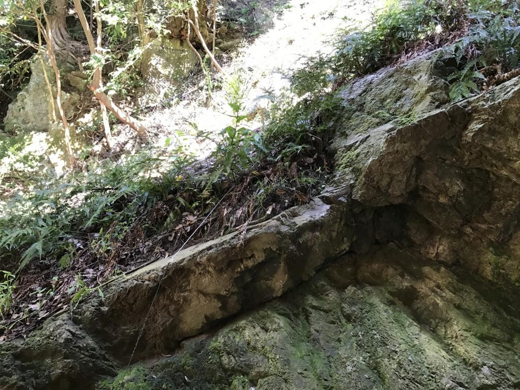 「出雲大社」素鵞社(そがのやしろ)背後 岩