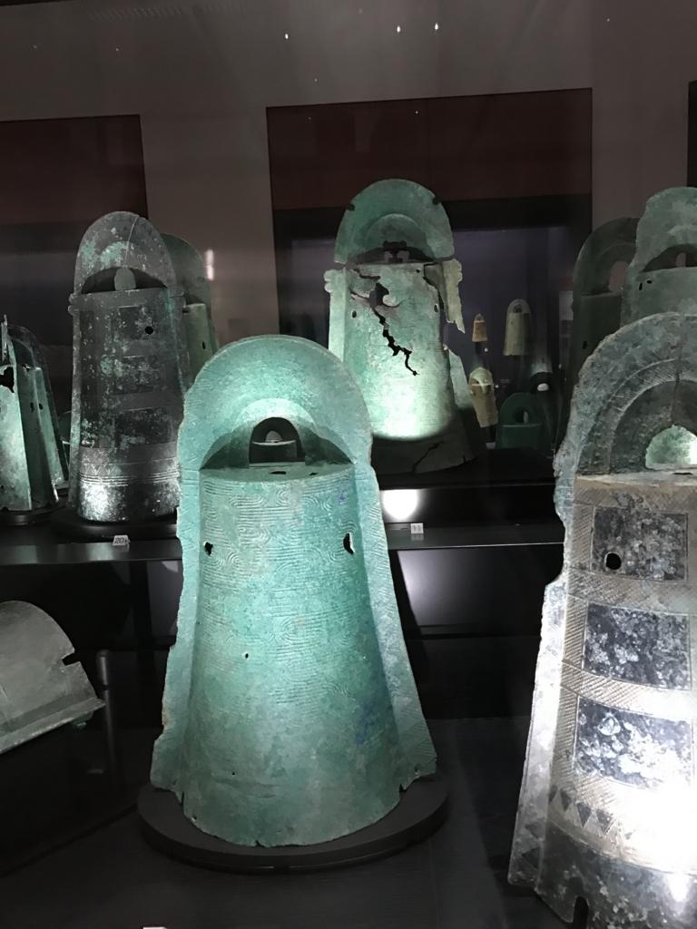 「島根県立古代出雲歴史博物館」青銅器コーナー たくさんの銅鐸 ショーケース 拡大