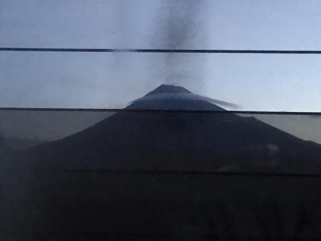 「サンライズ出雲」東京行き 窓から 大きな山(富士山)