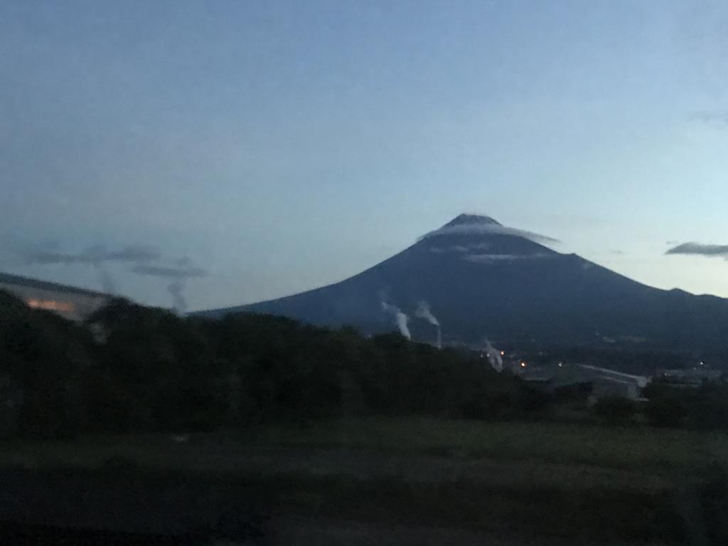 「サンライズ出雲」東京行き 窓から 富士山