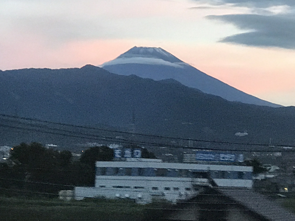 「サンライズ出雲」東京行き 窓から 富士山 朝焼け