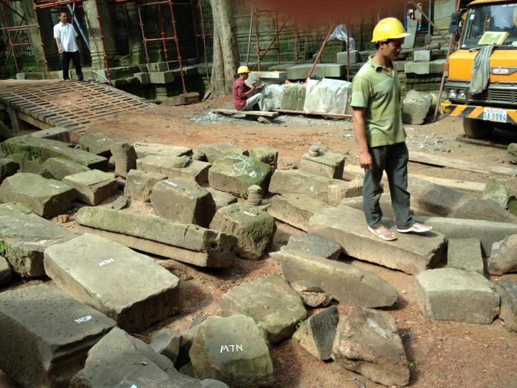 カンボジア シェムリアップ 「タ プローム」遺跡 インド政府 発掘 作業現場
