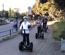 茨城県つくば 公道セグウエイツアー 歩道を走行中