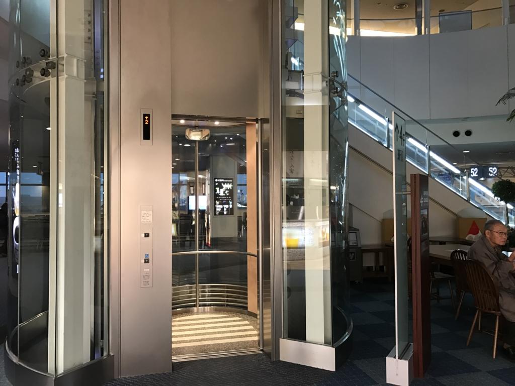 羽田空港 国内線 第2ターミナル 52番ゲート付近 エレベーター ラウンジへ
