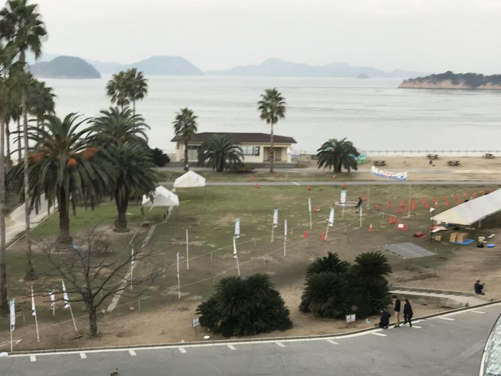11月のうさぎ島(大久野島)「休暇村 大久野島」グラウンドにテント、旗