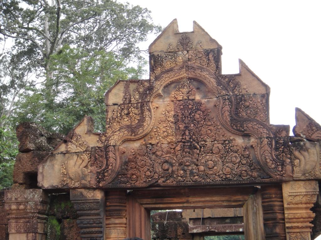 カンボジア シェムリアップ バンテアイ・スレイ遺跡 入口 塔門の彫刻