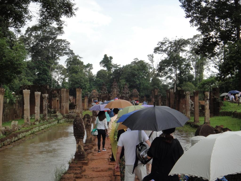 カンボジア シェムリアップ バンテアイ・スレイ遺跡 リンガの並んだ参道
