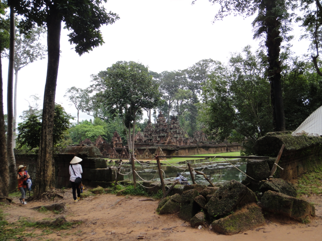 カンボジア シェムリアップ バンテアイ・スレイ遺跡 壕の外より