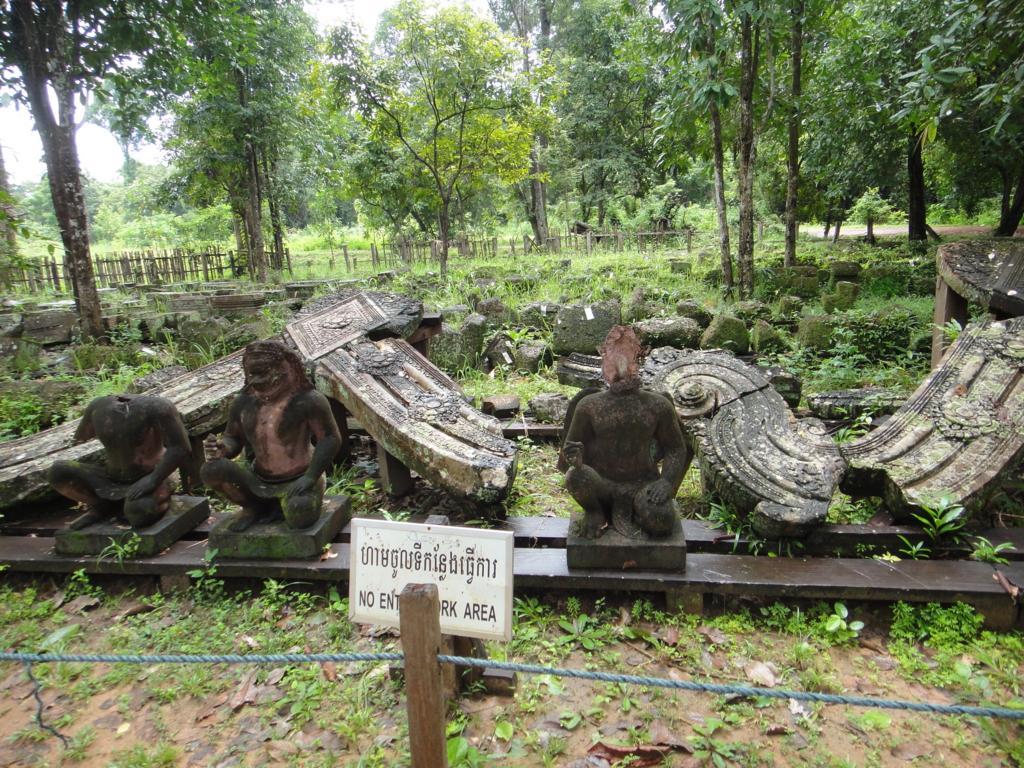 カンボジア シェムリアップ バンテアイ・スレイ遺跡 発掘作業中