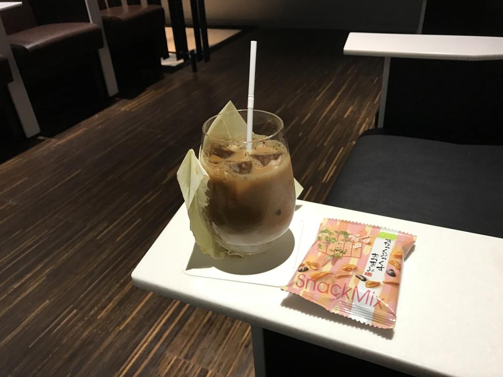 広島空港 ANAラウンジ ドルンクサービス アイスコーヒーとスナック
