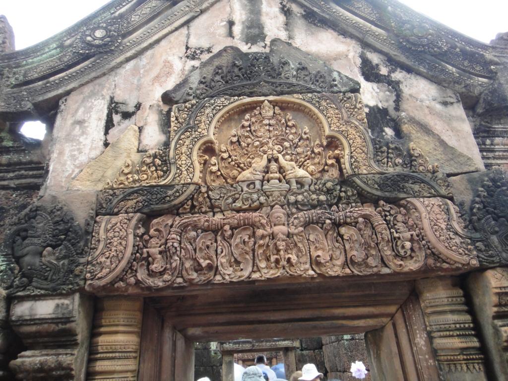 カンボジア シェムリアップ バンテアイ・スレイ遺跡 最後の塔門 彫刻