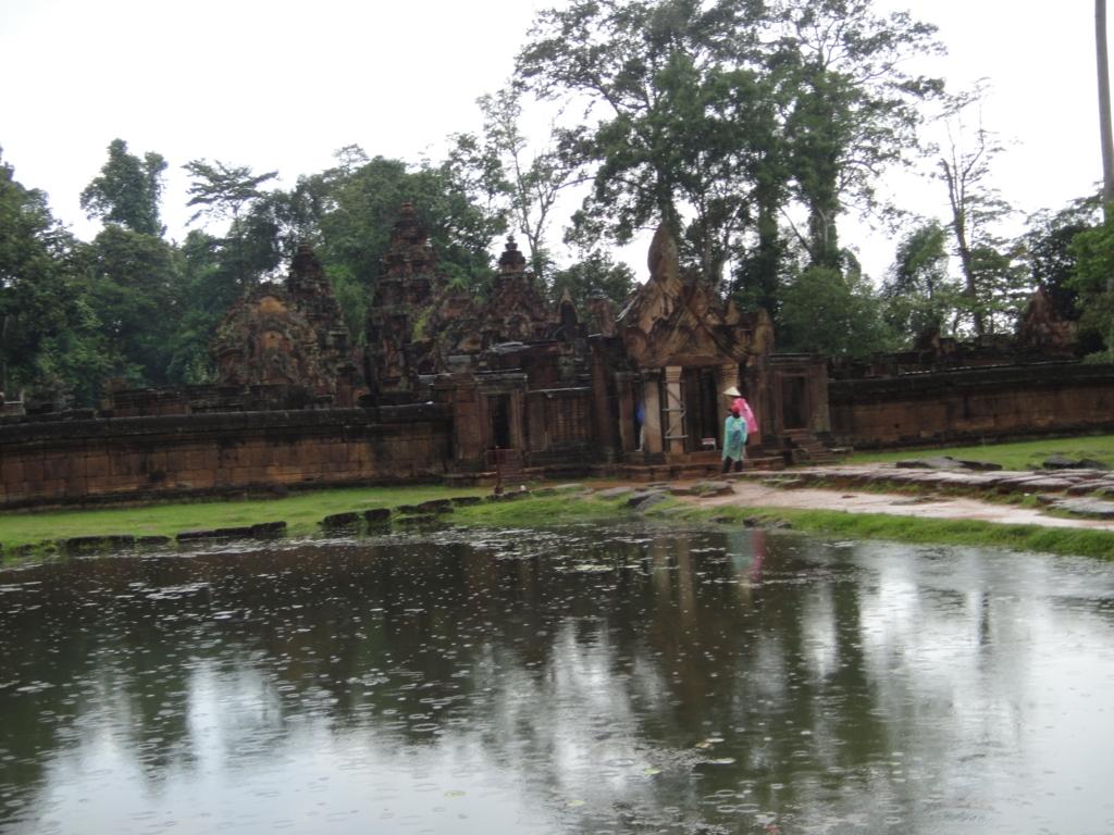カンボジア シェムリアップ バンテアイ・スレイ遺跡 第二周壁内 壕より