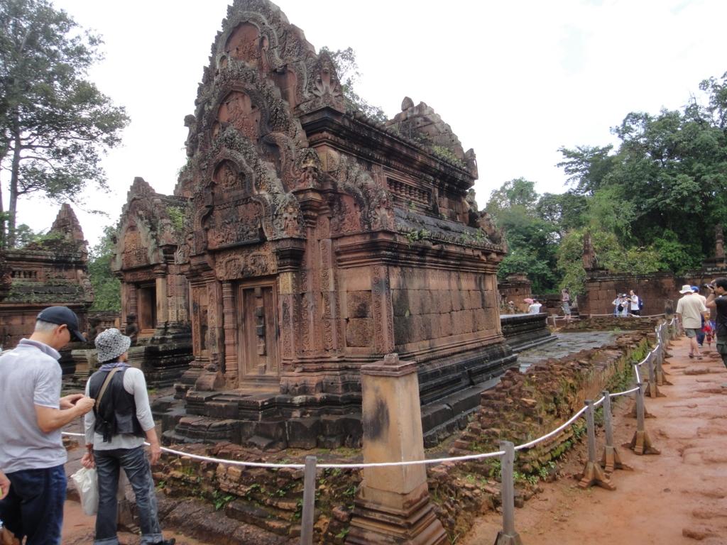 カンボジア シェムリアップ バンテアイ・スレイ遺跡 建造物のまわりの囲い
