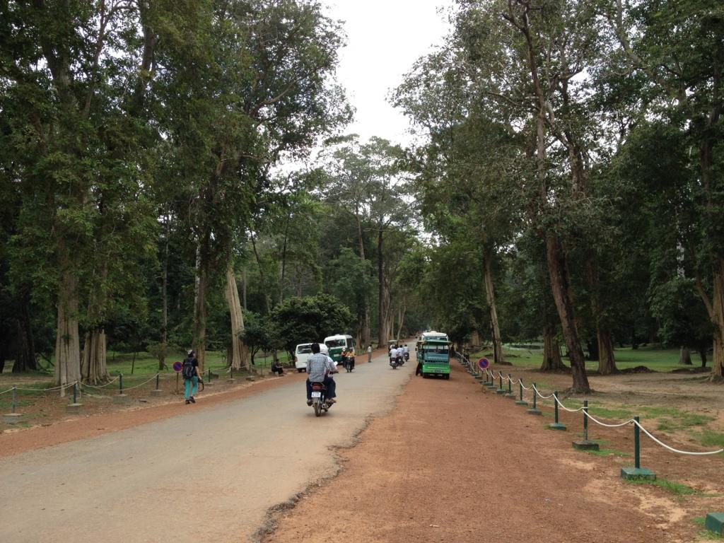 カンボジア シェムリアップ アンコール・トム遺跡 トクトクで、中心部へ移動