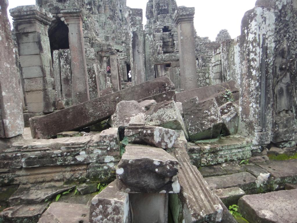 カンボジア シェムリアップ アンコール・トム遺跡 バイヨン内 崩壊した遺跡部分
