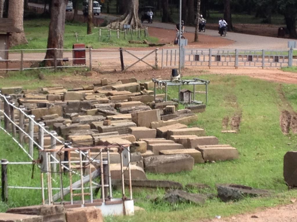 カンボジア シェムリアップ アンコール・トム遺跡 JSA 遺跡修復現場 解明を待つ石