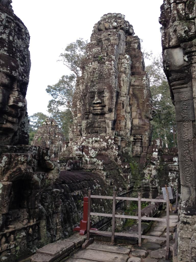 カンボジア シェムリアップ アンコール・トム遺跡 上部テラス 沢山の微笑み