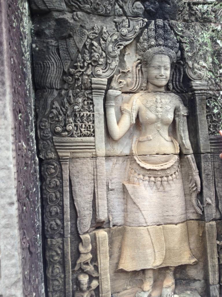 カンボジア シェムリアップ アンコール・トム遺跡 上部テラス 修復されたレリーフ