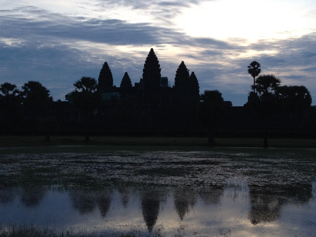 カンボジア シェムリアップ 「アンコールワット遺跡」 日の出鑑賞 左壕の前