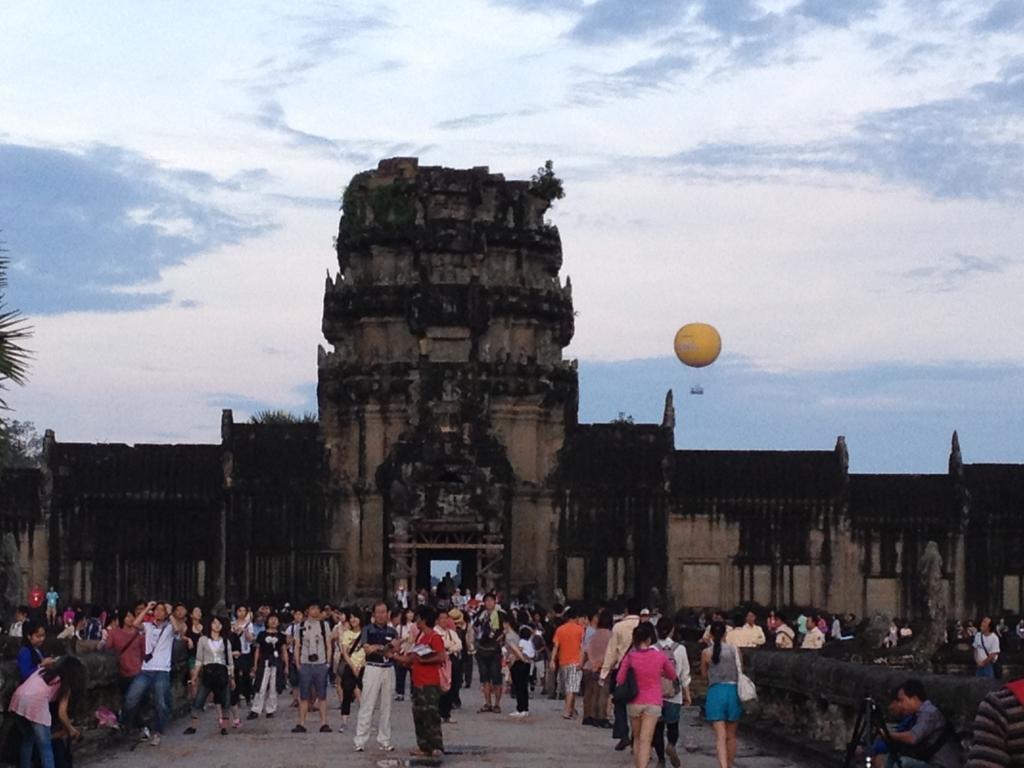 カンボジア シェムリアップ 「アンコールワット遺跡」 日の出鑑賞 日の出を待つ観光 参道