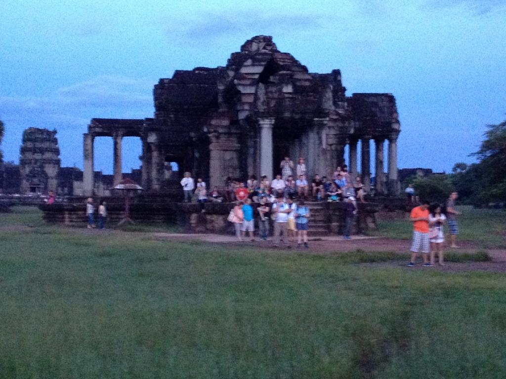 カンボジア シェムリアップ 「アンコール・ワット遺跡」湿地で日の出待ち