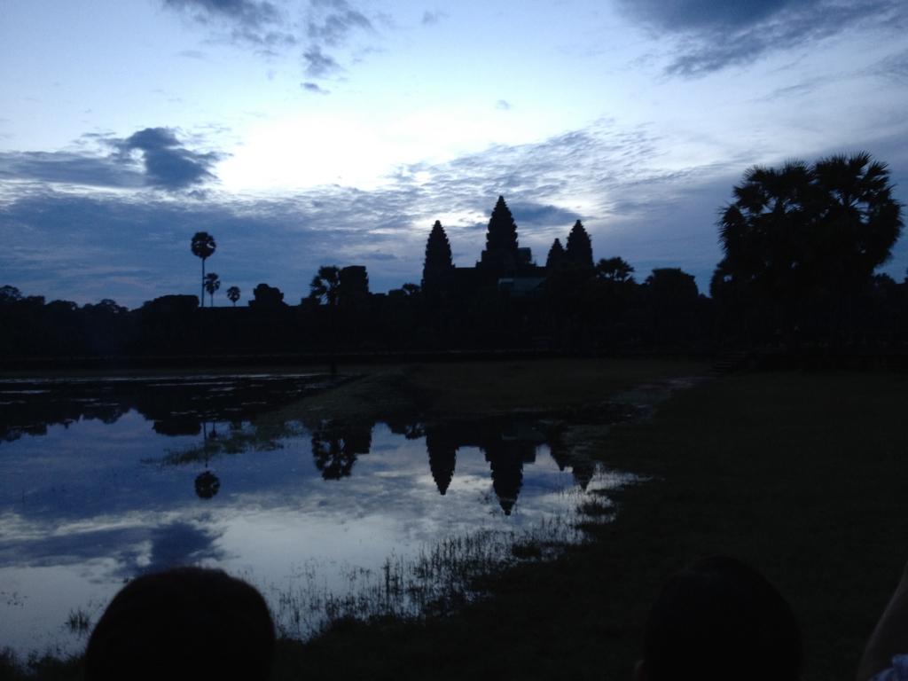 カンボジア シェムリアップ 「アンコールワット遺跡」 日の出鑑賞 右壕の前から