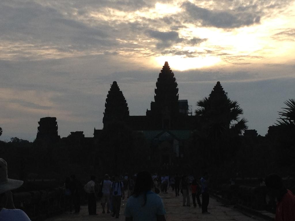 カンボジア シェムリアップ 「アンコールワット遺跡」 日の出鑑賞 参道から 少し明るく...