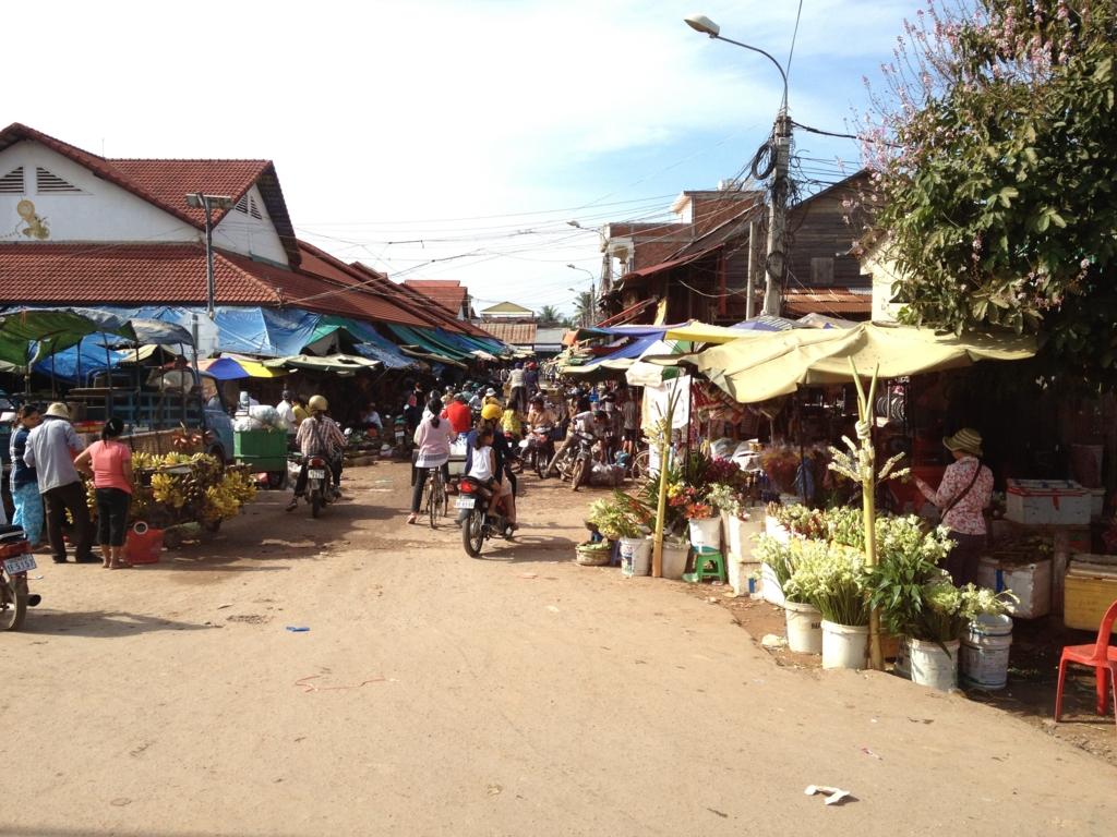 カンボジア「ベンメリア遺跡」へ移動 シェムリアップ付近 市場 バスの車窓から