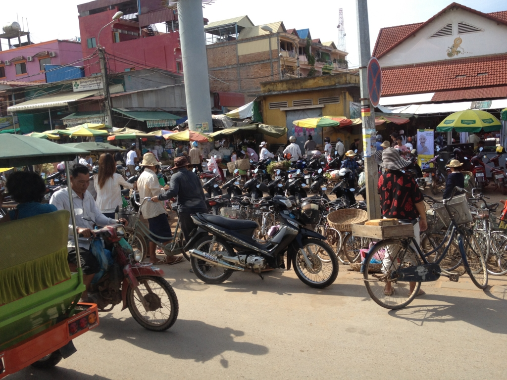 カンボジア「ベンメリア遺跡」へ移動 シェムリアップ付近の活気 バスの車窓から