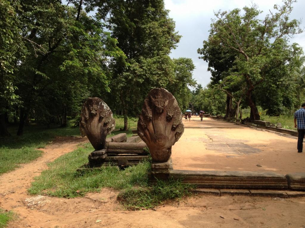 カンボジア「ベンメリア遺跡」参道 入り口 しっかり形の残ったナーガ像