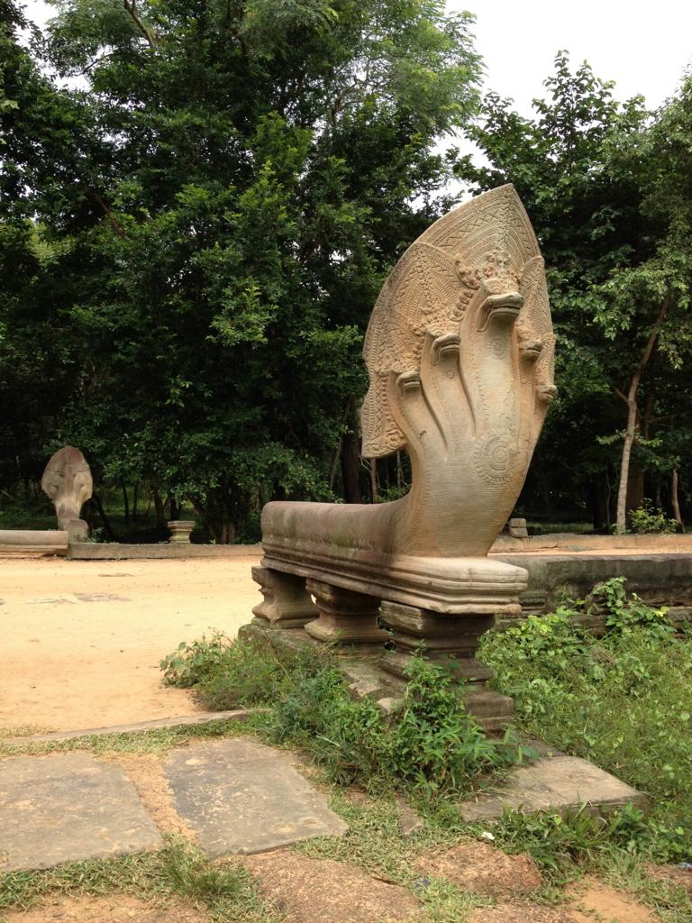 カンボジア「ベンメリア遺跡」参道 途中 たくさんのナーガ像