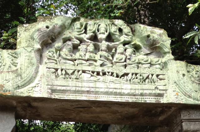 カンボジア「ベンメリア遺跡」3時間コース入り口 彫刻