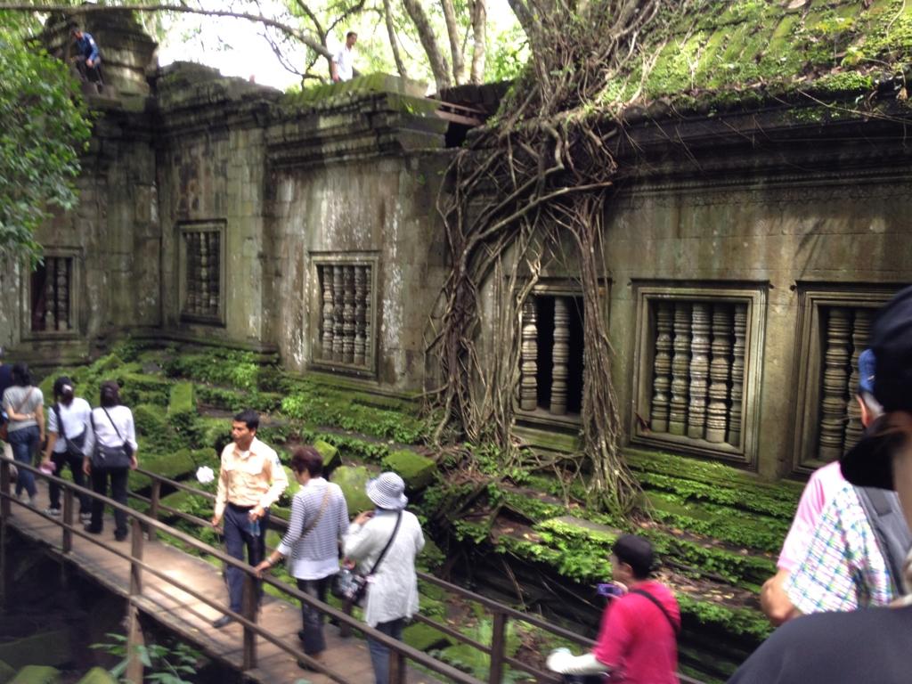 カンボジア「ベンメリア遺跡」回廊沿いの遊歩道